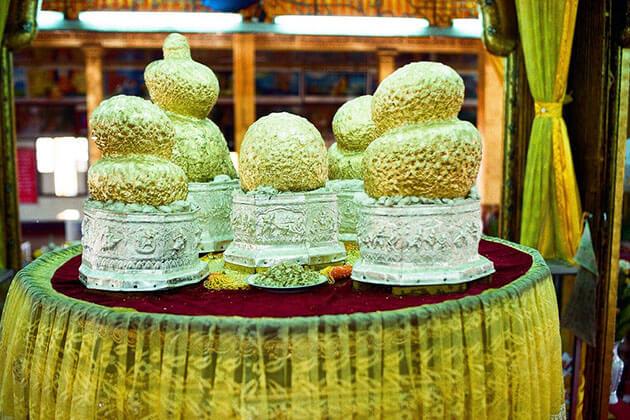 Buddha images in Phaung Daw Oo Pagoda